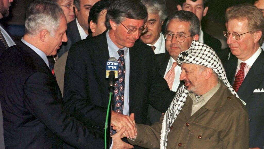 Benjamin Netanjahu, Dennis Ross und Jassir Arafat in Erez