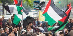 Aktivisten protestieren am 25.07.2014 anlässlich des Al-Kuds-Tag auf einer Pro-Palästina-Demonstration mit Fahnen und Fotos in Berlin. 1979 hatte der iranische Revolutionsführer Ajatollah Khomeini dazu aufgerufen, Jerusalem von zionistischen Besatzern zu befreien. Al-Kuds ist der arabische Name für Jerusalem.Foto: Hannibal/dpa +++(c) dpa - Bildfunk+++