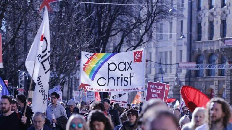 Pax Christi auf der Demonstration gegen die Münchner Sicherheitskonferenz 2019
