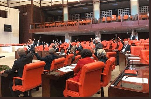 Türkische Abstimmung zu Israel: AKP-Politiker zeigten Hitler-Gruß