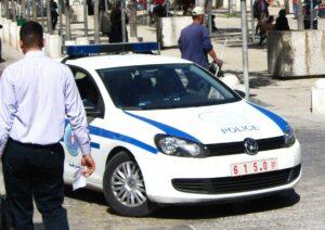 Polizist aus Dienst entlassen – weil er Israelis bei Reifenpanne half