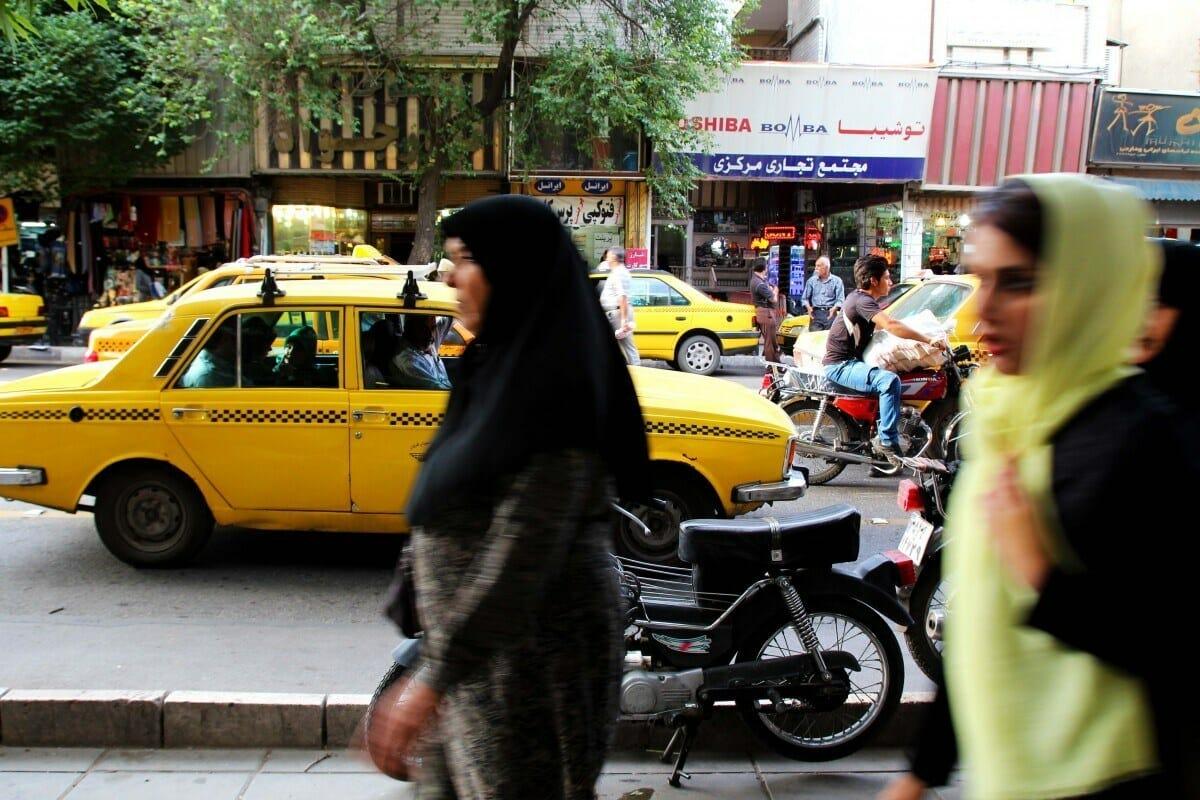 Iranerin muss sich entschuldigen – weil Fahrer sie aus seinem Taxi warf