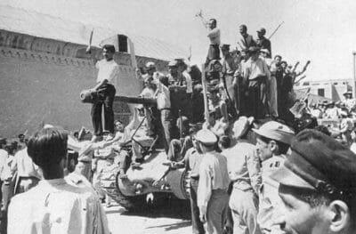 Panzer in den Straßen von Teheran (1953).