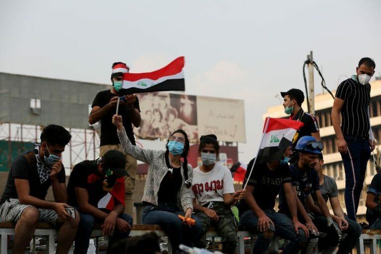 Demonstarnten auf dem Tahrir-Platz in Bagdad
