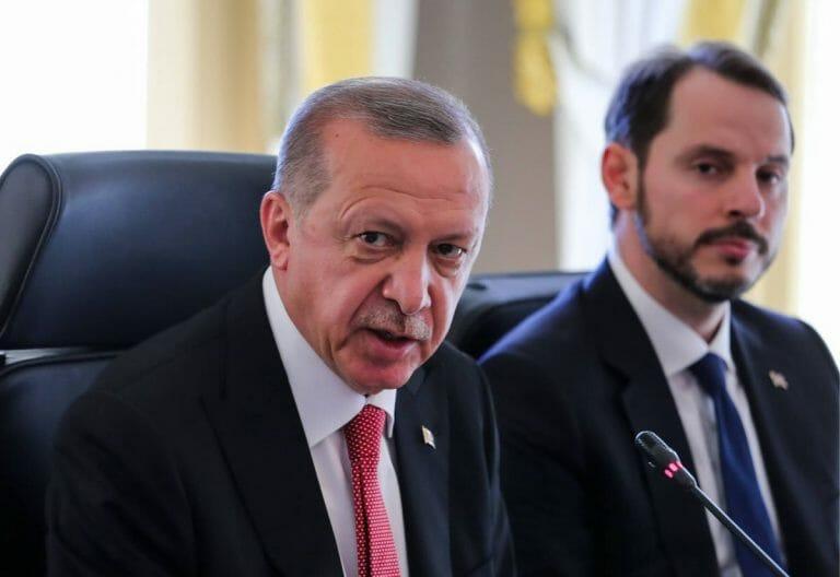 Erdogan mit seinem Schwiegersohn und Finanzminister Berat Albayrak