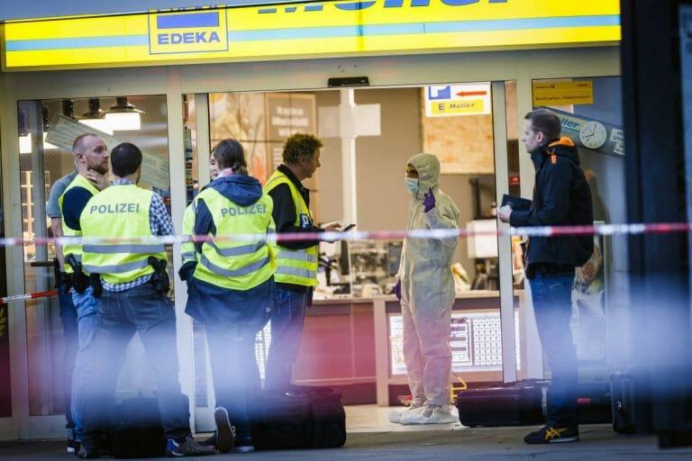 Beamte der Spurensicherung am Tatort der Messerattacke in Hamburg