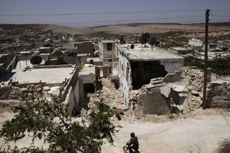 Durch Fassbomben zerstörte Wohnhäuser in der Provinz Idlib