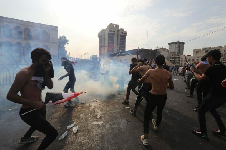 Tränengaseinsatz aud dem Tahrir-Platz in Bagdad