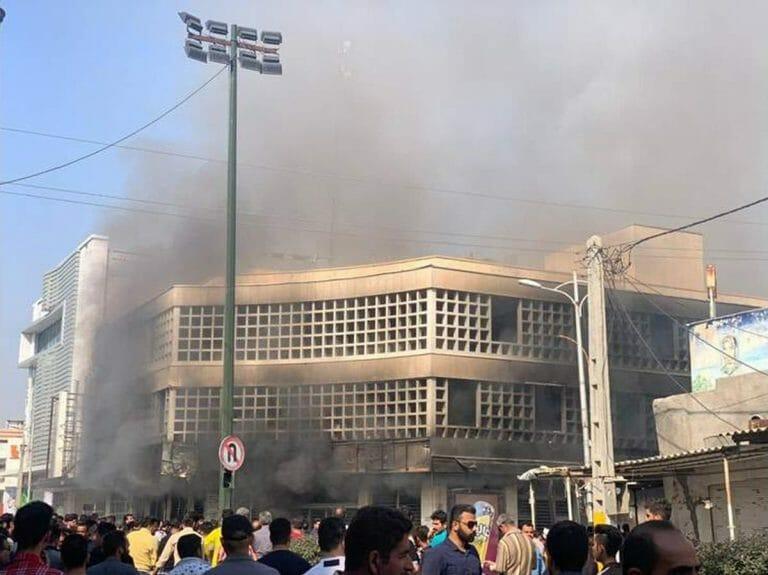 Demonstranten setzen eine Filiale der staatlichen Melli-Bank in Brand