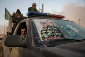 Mitglieder der schiitischen PMU mit einem Foto ihres Parteiführers Hadi al-Amiri