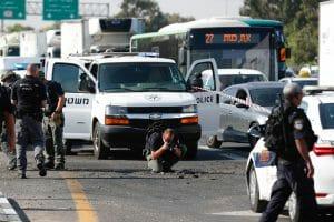 Raketeneinschlag auf einer Autobahn bei Ashdod