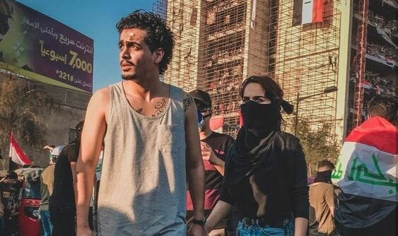 Ein demonstrierendes Paar in Bagdad