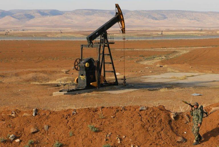 Syrischer Soldat in den Ölfeldern von Qamishli