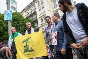 Hisbollah-Fahne beim antisemitischen Al-Quds-Aufmarsch in Berlin 2015 (imago images/Christian Ditsch)