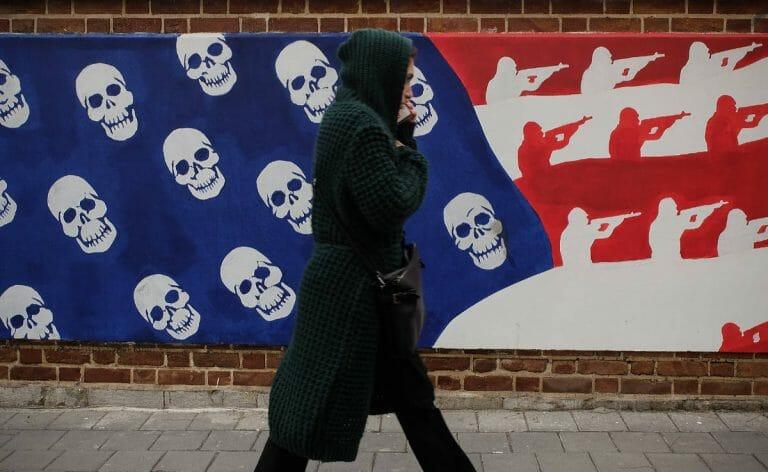 Mädchen vor der früheren US-Botschaft in Teheran