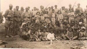 Türksiche Soldaten und Zivilbevölkerung in Dersim