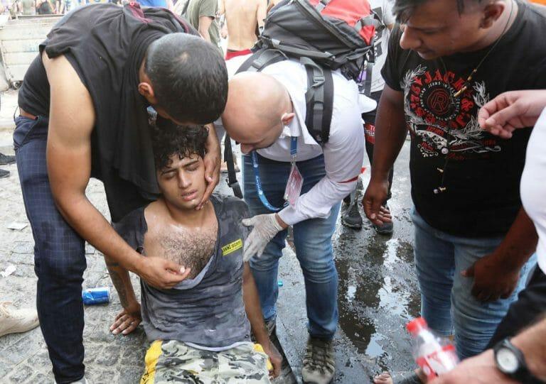 Hilfe für einen verletzten Demonstranten in Bagdad (© imago images / Xinhua)