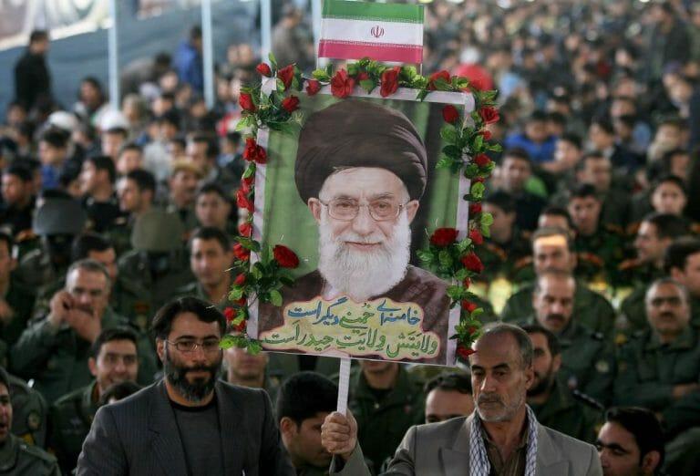 Mitglieder der Basiji-Miliz mit einem Porträt Khameneis