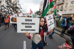 Die Israelboykott-Bewegung BDS auf einer Demonstration gegen Kolonialismus in Berlin