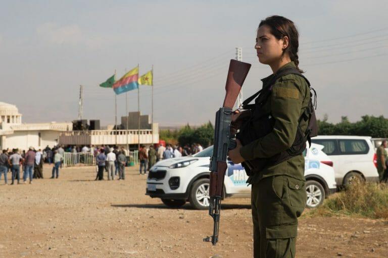 Eine kurdische Kämpferin der YPG in Nordsyrien