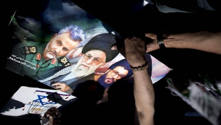 Poster von Revolutionsgarden-Kommandeur Soleimani, Ayatollah Khamenei und Hisbollah-Chef Nasrallah