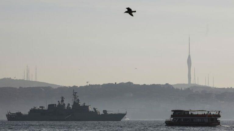 Türkisches Kriegsschiff vor Istanbul