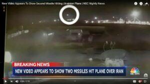 Das neue Video aus einer Überwachungskamera zeigt deutlich den Abschuss des ukrainischen Flugzeugs durch zwei Raketen (NBC News/Youtube)