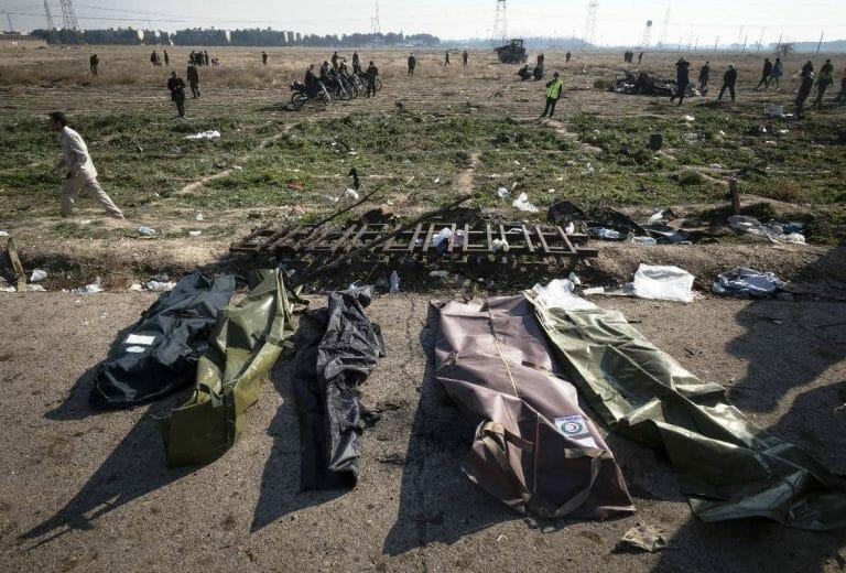 Leichensäcke am Absturzort des ukrainischen Flugzeugs. Unter den Toten waren zahlreiche Iraner (imago images/UPI Photo)