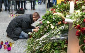 In Kiew gedenkt ein Mann seiner bei dem Absturz nahe Teheran ums Leben gekommen Frau. Die USA sollen Hinweise darauf haben, dass der Absturz auf iranische Raketen zurückzuführen ist. (imago images/ZUMA Press)
