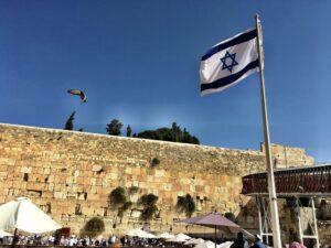 Israelische Flagge vor der Klagemauer in Jerusalem (Joanna Penn/CC BY-NC 2.0)