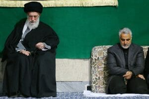 Qassem Soleiman an der Seite des Führers des iranischen Regimes, dem obersten geistlichen Führer Ali Khamenei (Wikimedia Commons/CC BY 4.0)