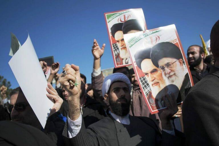 Mullahs und andere Demonstranten in Qom (2014) preisen Khomenei und Khamenei (imago images/ZUMA Press)