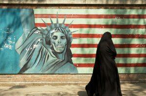 Anti-Amerikanismus an der Wand der ehemaligen US-Botschaft im Iran (Kamyar Adl/CC BY 2.0)
