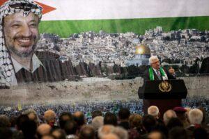 Mahmud Abbas vor einem Porträt Arafats