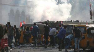 Polizei geht mit Tränengas gegen Demonstranten auf dem Tahrir-Platz in Bagdad vor