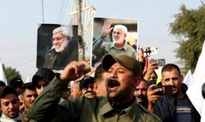Mitglieder der Volksmibilisierungseinheiten mit Bildern ihres von den USA getöteten Anführers Mahdi al-Muhandis