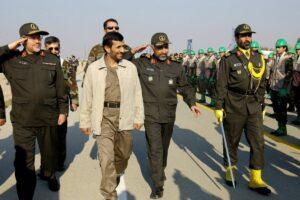 Mohammad Hejazi mit dem ehemaligen iranischen Präsidenten Ahmadinejad vor dem Khomenei-Mausoleum in Teheran