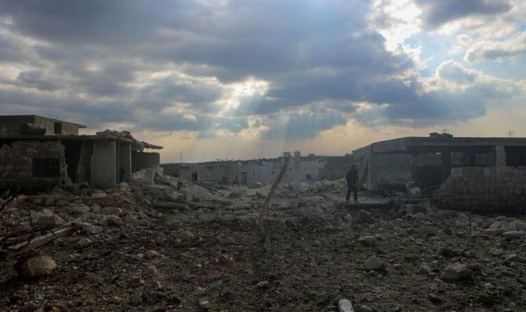 Durch Bombenangriffe zerstörtes Dorf in der Region Idlib