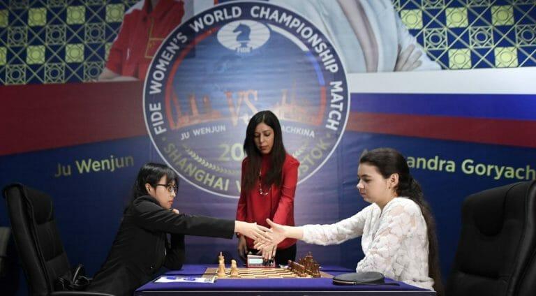 Die Chefschiedsrichterin Shohreh Bayat (Mitte) bei der Schach-Weltmeisterschaft der Frauen in Shanghai