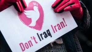 Plakat auf einer Protestkundgebung gegen den Militärschlag auf Qassem Soleimani
