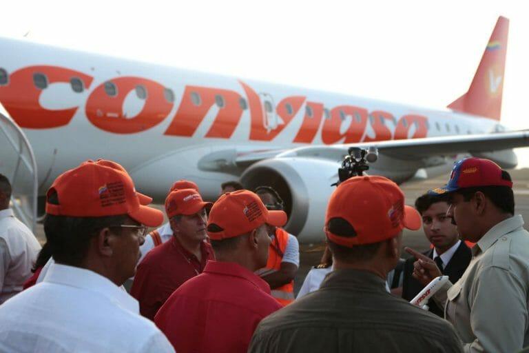 Venezuelas Präsident Maduro (re.) vor einem Flugzeug der staalichen Fluggesellschaft Conviasa