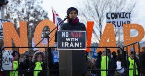 Die US-Abgeordnete Ilhan Omar bei einer Demonstration gegen Trumps Iranpolitik