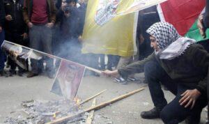 Fatah-Anhänger verbrennen ein Porträt von Omans Sultan Haitham bin Tariq, um gegen Trumps Friedensplan zu protestieren