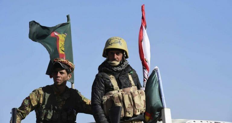 Zwei Milizionäre der iranisch gesteuerten Volksverteidigungseinheiten