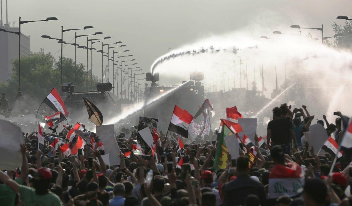 Sicherheitskräfte in Baghdad gehen mit Wasserwerfern gegen Demonstranten vor