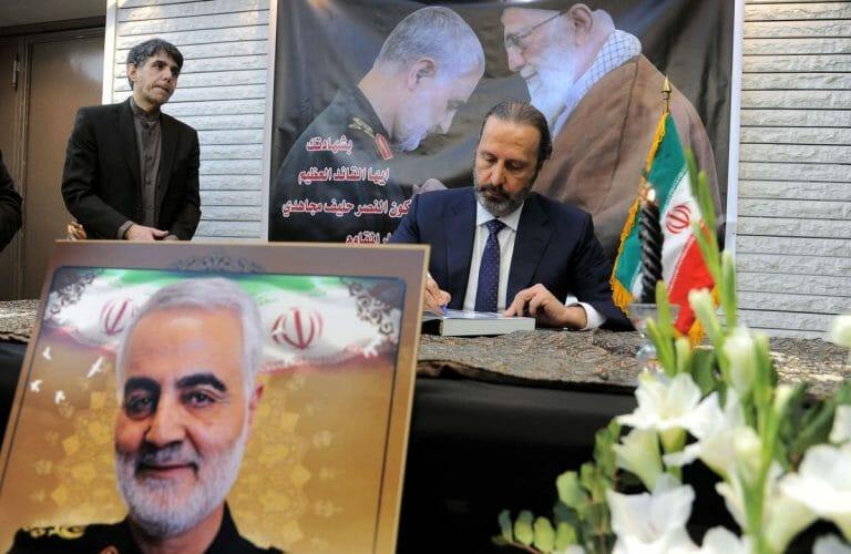 Mansour Azzam, der syrische Minister für präsidiale Angelegenheiten, trägt sich in das Kondolenzbuch für Qassem Soleimani ein