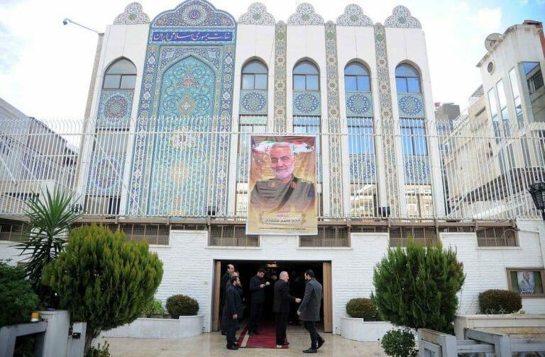Porträt von Qassem Soleimani an der iranischen Botschaft in Damaskus