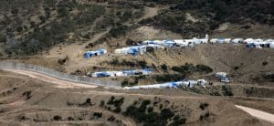 Flüchtlingslager an der von der Türkei gebauten Mauer zu Syrien