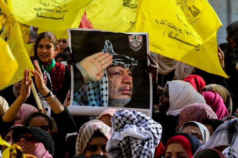 Nicht Frieden, sondern der Kampf gegen Israel steht bei den Palästinensern hoch im Kurs. Poster von Arafat auf einer Kundgebung anlässlich des Jahrestags des ersten Fatah-Anschlags gegen Israel. (imago images/ZUMA Press)