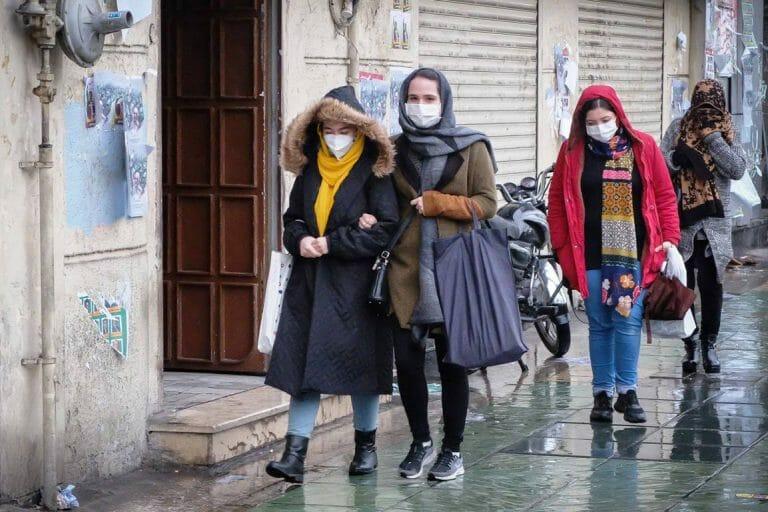 In Teheran versuchen die Menschen sich mit Schutzmasken vor dem Corona-Virus zu schützen (imago images/ZUMA Press)